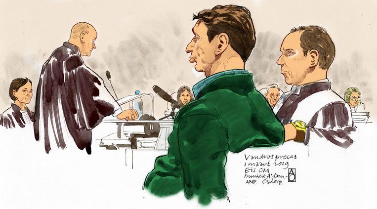 Officiers van Justitie Sabine Tammes en Lars  Stempher (links), Willem Holleeder en zijn advocaat Sander Janssen tijdens de strafeis van het Openbaar Ministerie in de extra beveiligde rechtbank De Bunker in Amsterdam Osdorp. Beeld ANP Graphics