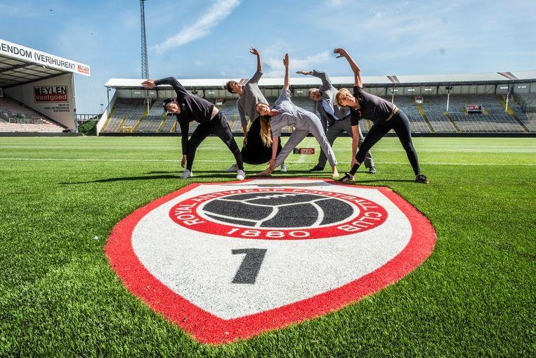 De yogasessie zal plaatsvinden in het Bosuilstadion op zondag 3 juni.