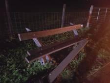 Auto vliegt uit de bocht en ramt bankje en lantaarnpaal in Achterberg