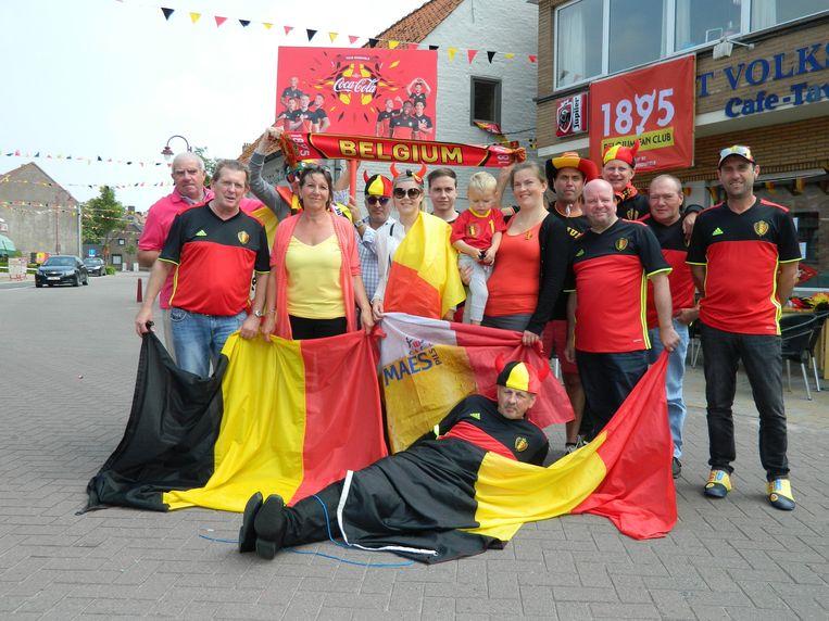 De Volkshuisduivels trokken gisteren naar de wedstrijd in Brussel, nadat ze de straten van hun dorp volgehangen hadden met Belgische wimpels.
