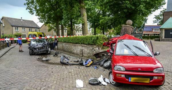 Ravage na ongeluk in Almkerk: autos total-loss, bestuurder zwaargewond.