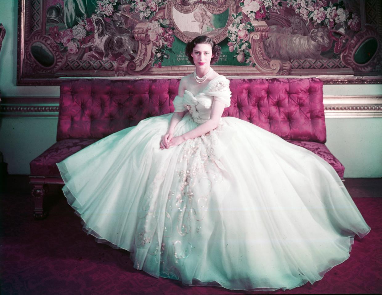Prinses Margaret in wat op een jurk lijkt, maar eigenlijk een rok met een asymmetrisch off-the-shoulder korsetlijfje is.     Beeld Cecil Beaton, Victoria & Albert Museum, Londen
