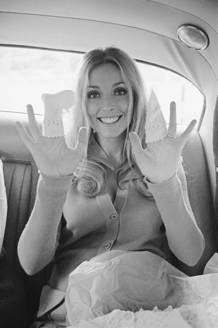 Zwanger, met babysokjes over haar vingers, op 6 augustus; drie dagen voor haar dood. Beeld Getty