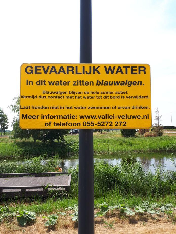 De gemeente heeft waarschuwingsborden geplaatst.