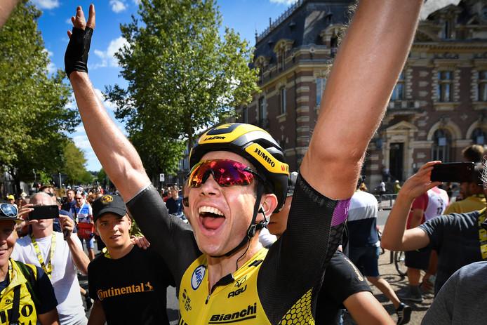 Wout van Aert viert zijn etappezege van afgelopen maandag. Het was al de vierde etappewinst van Jumbo-Visma.
