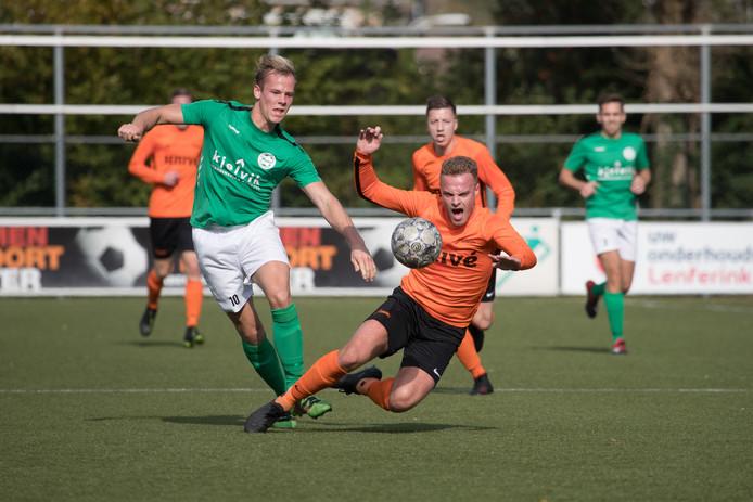 Het Heino van Luck van der Burg (groen) was in de eerste klasse E met 3-0 te sterk voor het Voorwaarts van Rick Timmermans (oranje).