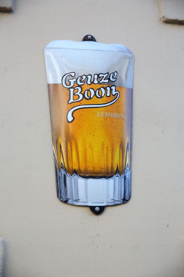 Ook de nieuwe reclameborden in de vorm van het geuzeglas van Boon blijkt populair bij de dieren.