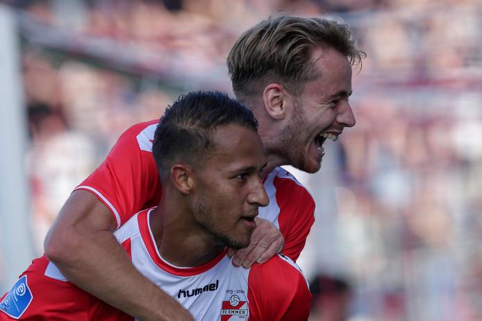 Robbert de Vos viert zijn goal om de nek van Luciano Slagveer.