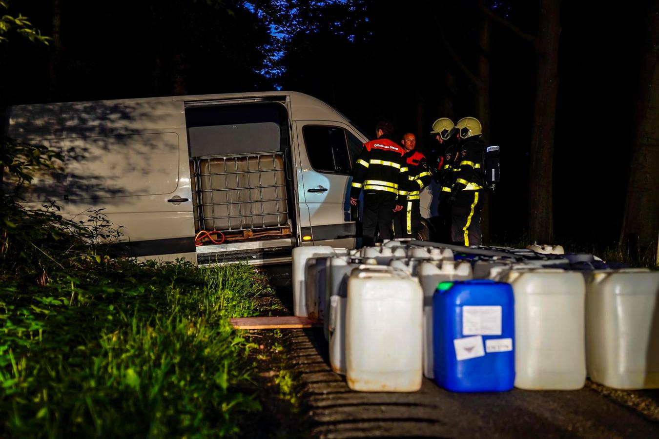 Busje met vermoedelijk drugsafval gevonden in Oosterhout.