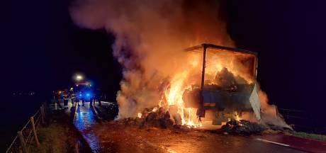 Vrachtwagen vol hooibalen brandt volledig uit op de N831 bij Bern