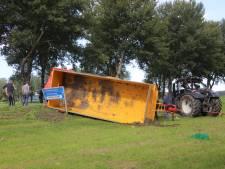 Tractor met aanhanger kantelt in Zeewolde