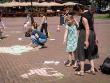 Rosalie krijt een steenbok; Kunstenaars in de dop leven zich uit op het Velperplein in Arnhem