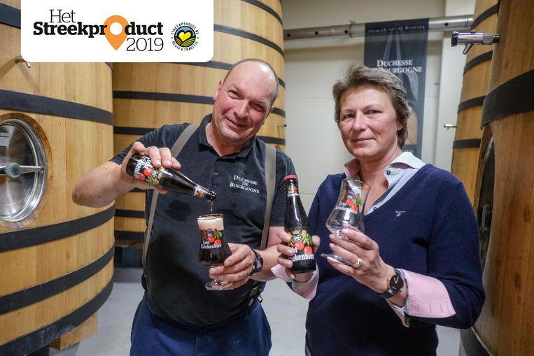 Peter en Mercedes Verhaeghe van de gelijknamige brouwerij schenken een Kriekenbier in.