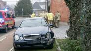 Bestuurder wijkt af en belandt met auto tegen gevel