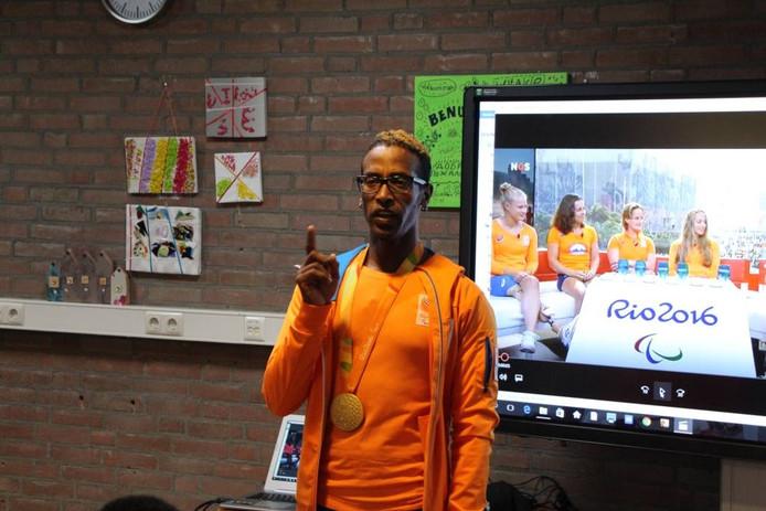 Daniël Abraham Gebru met zijn gouden plak voor het digibord in ISK-school De Steege in Eibergen.