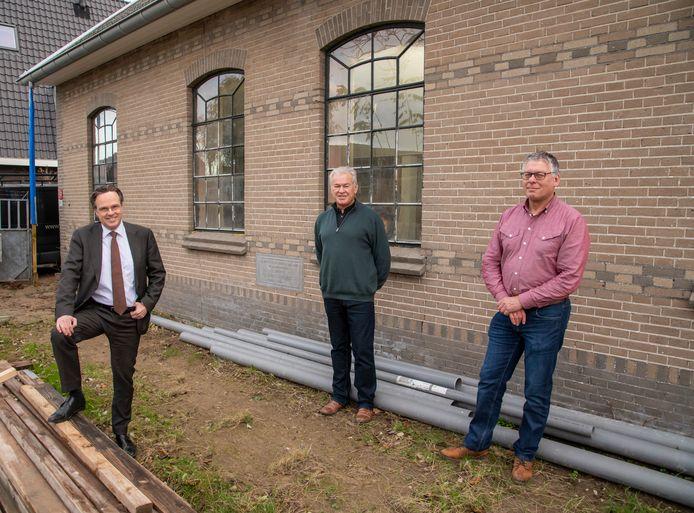 Op wat laatste details na, is de restauratie van de dakpannenfabriek klaar.  Van links naar rechts 'monumentendokter' Eddy Bilder en Aristien Egbertzen en Jan Bisschop, die namens Ermeloo het project op de voet volgden.