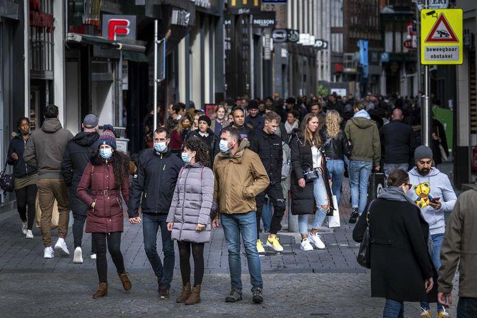 Winkelend publiek tijdens koopzondag in het centrum van Amsterdam.