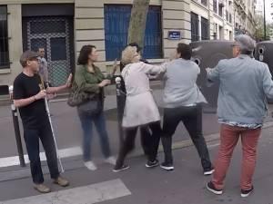 Un piéton aveugle et son frère agressés par un conducteur à Paris