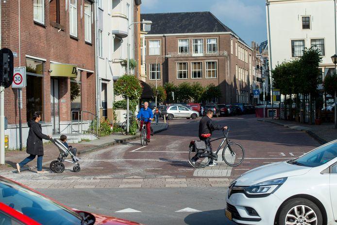 De weg wordt versmald, zodat links ruimte wordt gemaakt voor fietsenrekken voor bezoekers van filmtheater Mimik.