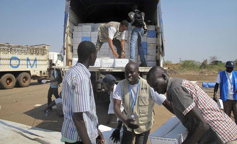 Het Wereldvoedselprogramma zond hulp naar Juba, de voedselpakketten worden bij de VN-missie uitgeladen.