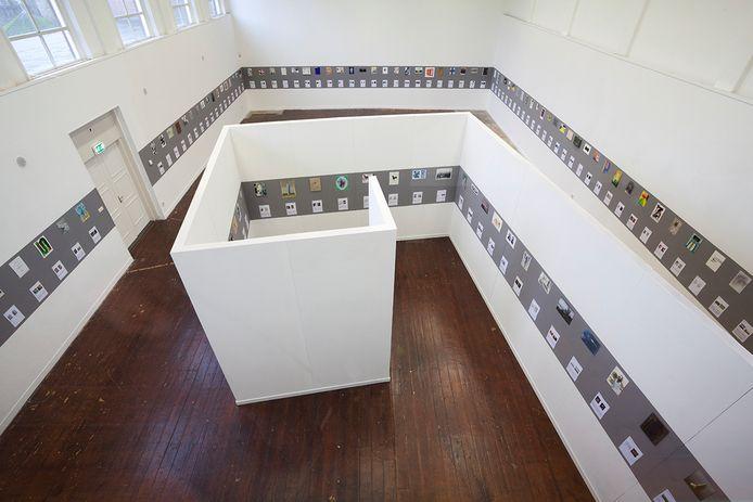 Overzicht van de zaal met 139 kunstwerken in Park, Tilburg.