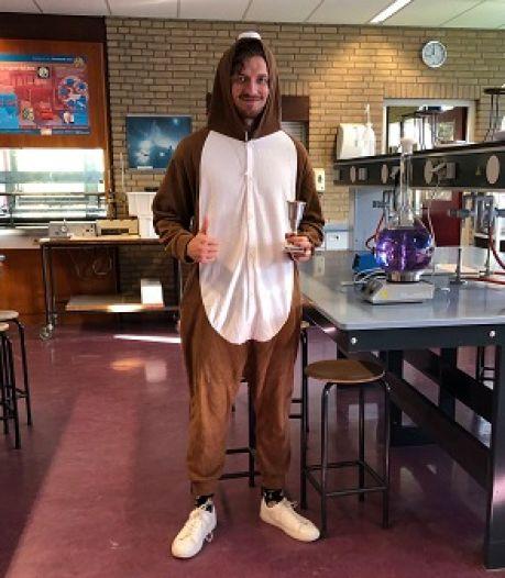 Scheikundeleraar geeft les in mollenpak na verloren weddenschap
