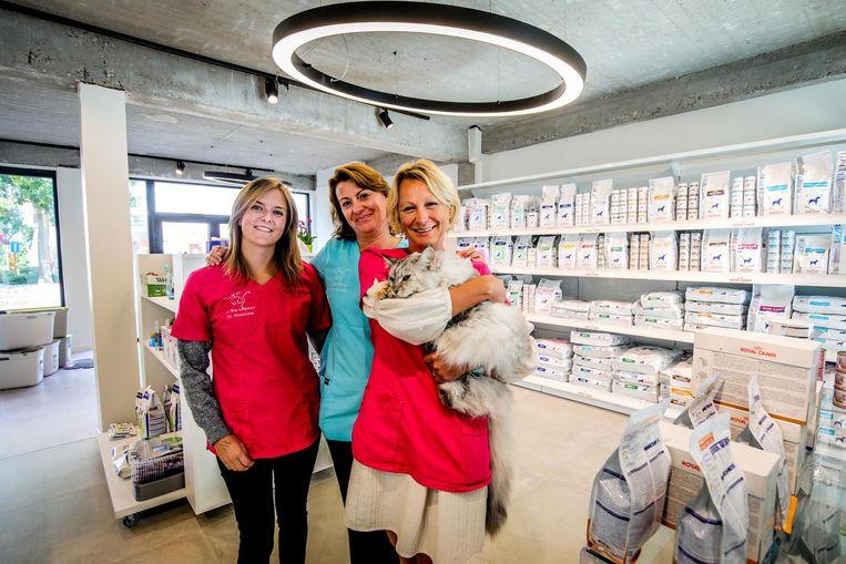 Valentine, Sofie en Inge in de nieuwe dierenartsenpraktijk in de vroegere Delhaize in Sint-Michiels.