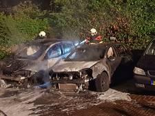 Zoveelste autobrand in Tilburg; twee voertuigen gaan in vlammen op, derde beschadigd
