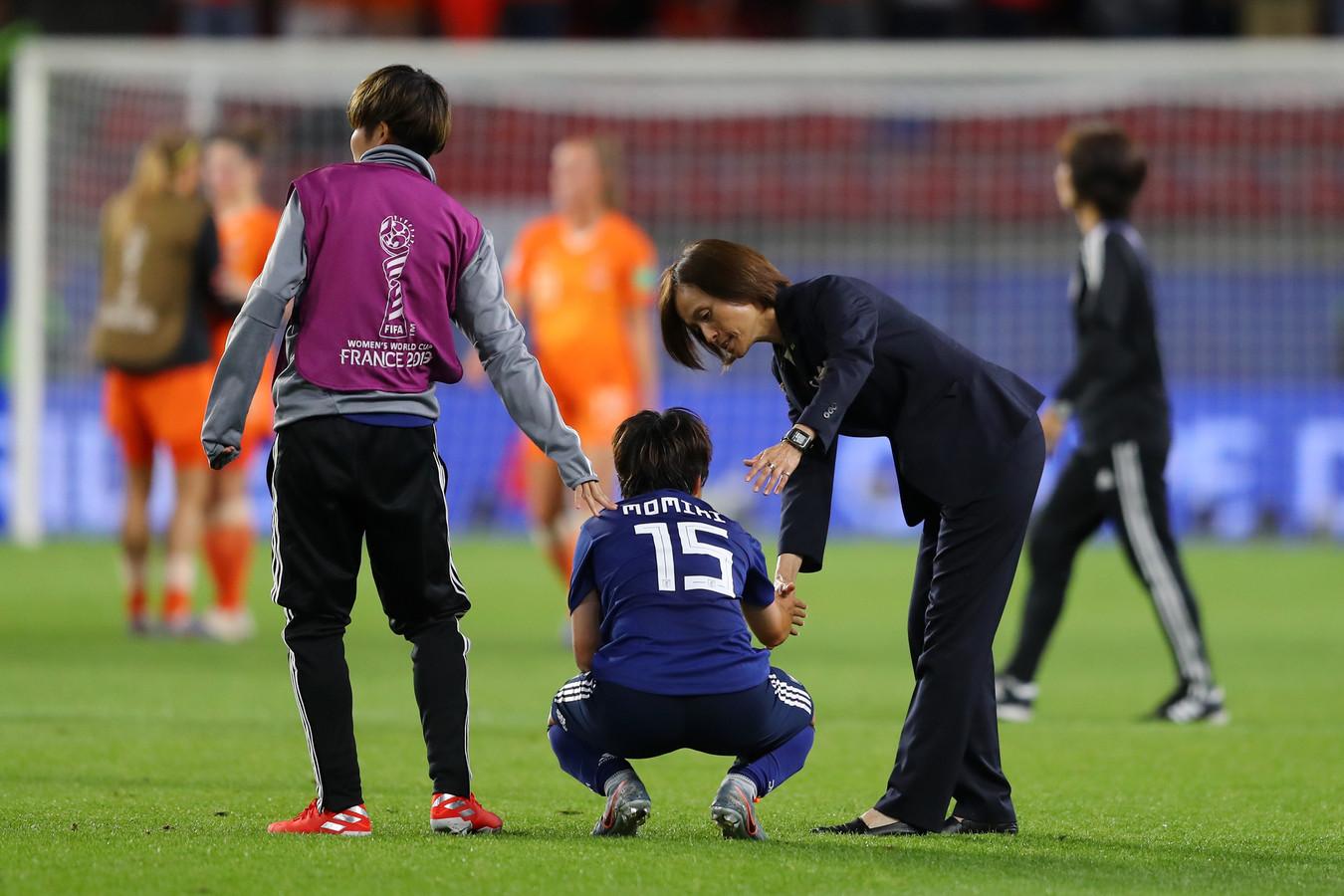 Asako Takakura troost een van haar speelsters.
