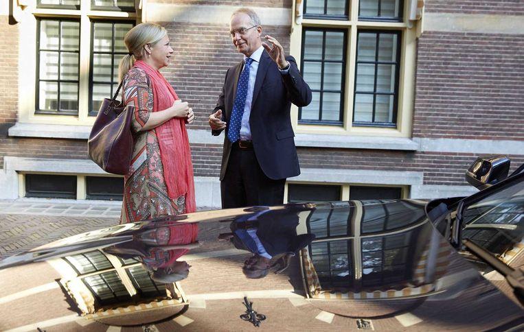 Minister Jeanine Hennis-Plasschaert van Defensie in gesprek met minister Henk Kamp van Economische Zaken arriveert op het Binnenhof voor de wekelijkse ministerraad. Beeld anp