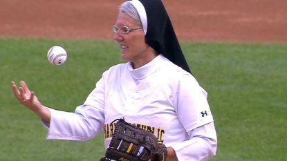 Even naar de hemel kijken om dan perfecte pitch te gooien: zuster steelt show voor honkbalwedstrijd