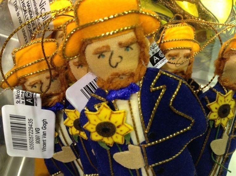 Kerstbal met zonnebloemen, Van Gogh als poppetje, het gele-huisrugzakje en Monopoly met zonnebloemen. Beeld null