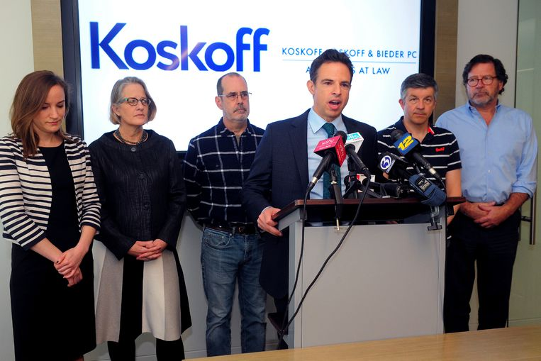 Advocaat Josh Koskoff die nabestaanden bijstaat, spreekt de pers toe.