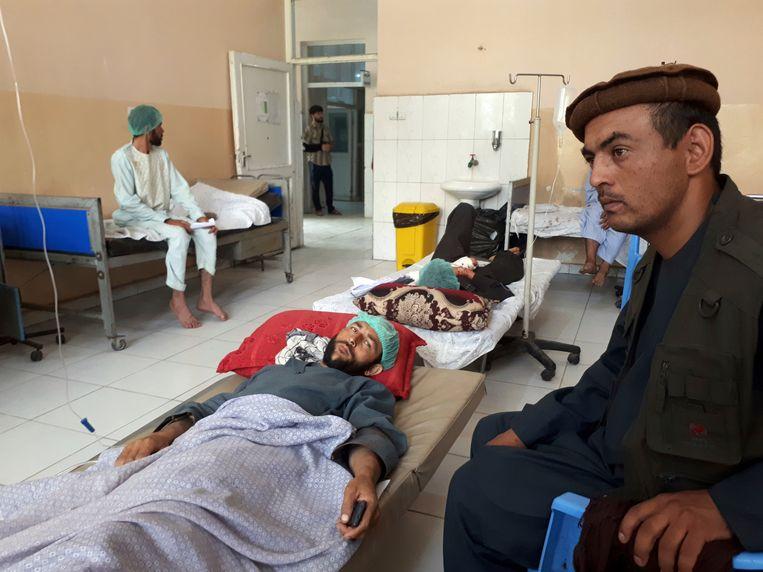 Gewonden krijgen verzorging in een ziekenhuis.