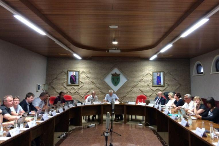 De micro's in het midden van de raadzaal maken geen deel meer uit van de gemeenteraad in Lede.