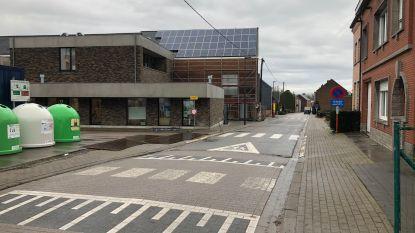 Omleiding door wegverzakking stuurt (zwaar) verkeer via gemeenteschool: gemeente neemt meteen maatregelen