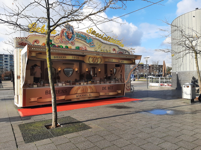De oliebollenkraam van Piet en Henny De Wit.