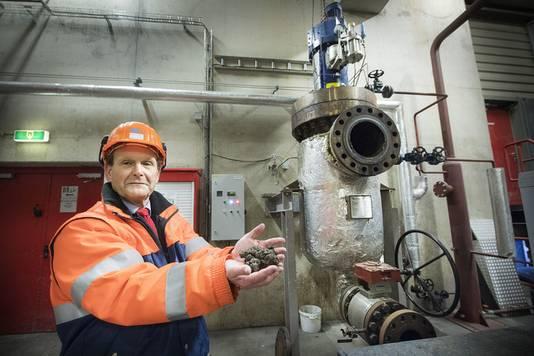 ARN-directeur Gerard van Gorkum bij de (proef)opstelling) van de luierrecyclingmachine.