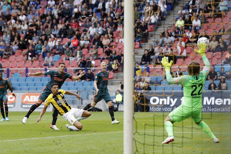 Dusan Tadic (links) scoort 2-2 voor Ajax. Beeld VI Images