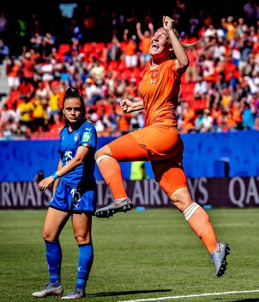 Stefanie van der Gragt juicht nadat ze de 2-0 heeft gemaakt.