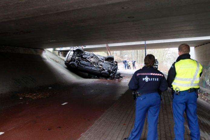 De auto werd met heel wat snij- en breekhulp vrijgemaakt en kon tien meter naar beneden getakeld worden. foto Bert Jansen