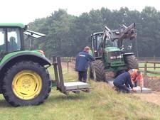 Vrijwilligers leggen verhard fietspad aan tussen Middel en Broekland
