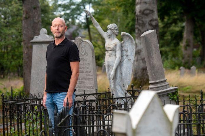 Thomas Hilhorst op de oude begraafplaats.
