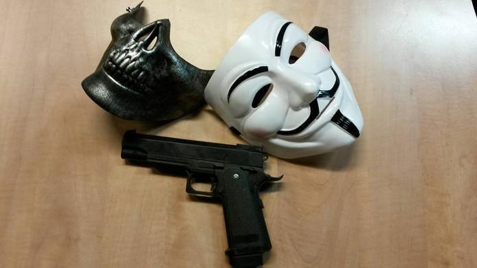 De maskers en het nepwapen van de jongens in Veenendaal.