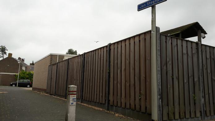 Naast het kleine witte paaltje in het Jan Steenpad vond de politie tijdens onderzoek naar een schietincident vanochtend een huls.