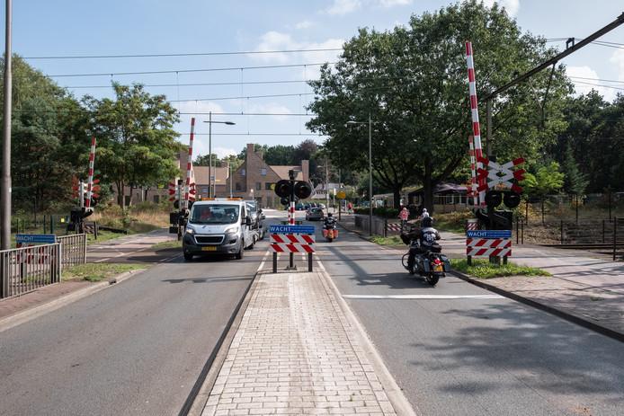 De spoorwegovergang op de Barchman Wuytierslaan. Ter hoogte van dit punt komt in het plan westelijke rondweg een tunnel onder het spoor door.