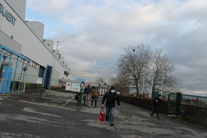 Na de ondernemingsraad vertrokken de werknemers van Bekaert Engineering in Ingelmunster teleurgesteld naar huis.