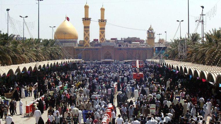 Iraakse shjiieten vieren de geboortedag van Imam al-Mahdi, een van de heiligste sjiietische figuren, in Karbala, Irak. Beeld EPA
