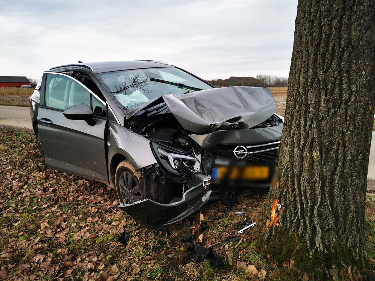 De auto na het ongeval op de Oude Steeg in Zevenaar.