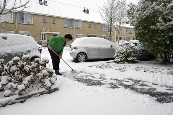 Sneeuwruimen als verplichte arbeid helpt mensen niet uit de bijstand.foto Marcel Antonisse/ANP